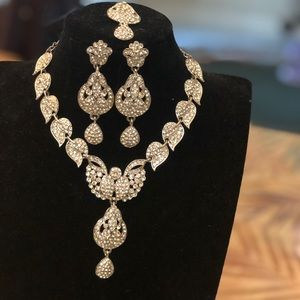 Stone studded necklace set.